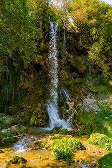 Widok na wodospad gostilje na górze zlatibor w serbii