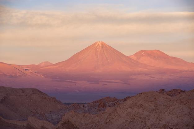 Widok na wulkan licancabur na pustyni atacama podczas zachodu słońca