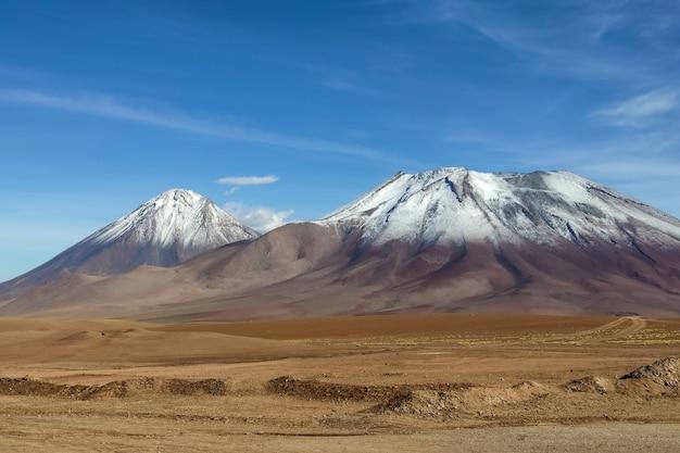 Widok na wulkan licancabur w pobliżu san pedro de atacama w chile