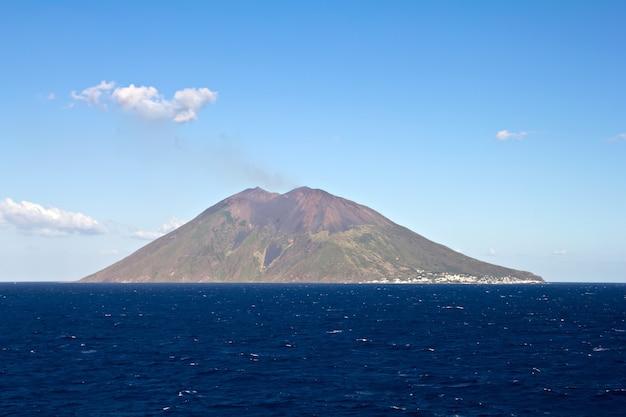 Widok na wulkan stromboli we włoszech