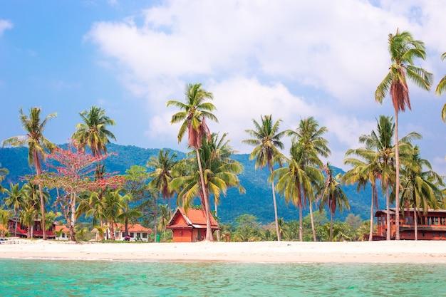 Widok na wybrzeże morskie z wody na tropikalne wybrzeże