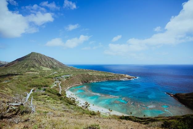 Widok na wybrzeże morza w zatoce hanauma na hawajach