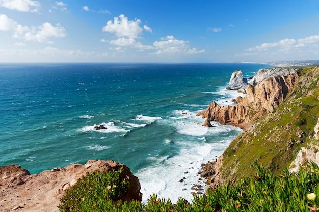 Widok na wybrzeże oceanu atlantyckiego, cabo da roka, portugalia. letni dzień