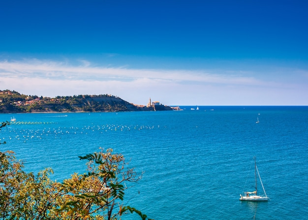 Widok na wybrzeże piran na morzu adriatyckim