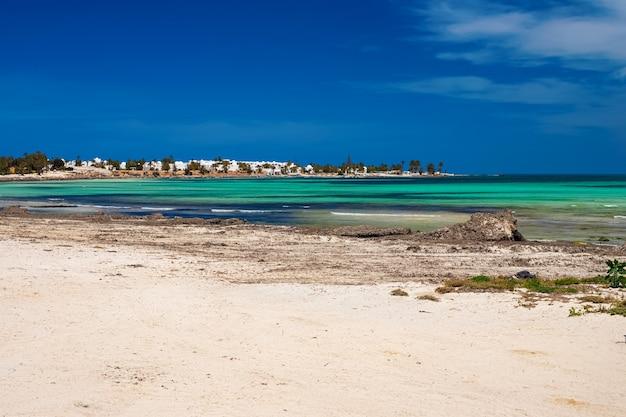 Widok na wybrzeże śródziemnomorskie z turkusowym morzem i białym piaskiem