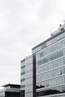 Widok na wysoki budynek z otwartym oknem