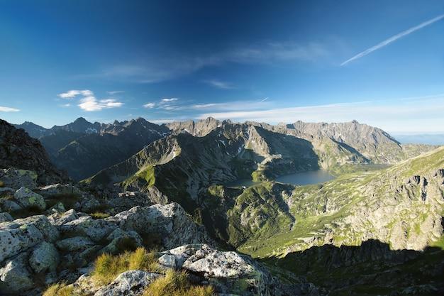 Widok na wysokie szczyty karpat nad doliną