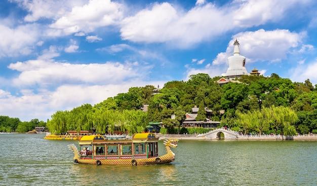 Widok na wyspę jadeit z białą pagodą w parku beihai - pekin, chiny