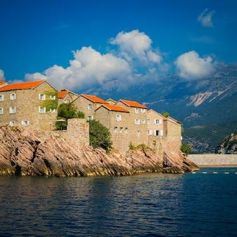 Widok na wyspę św. stefana z morza adriatyckiego, zatoka budva, czarnogóra