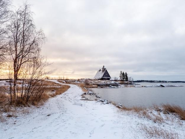 Widok na wyspę ze starą drewnianą chatą rybacką