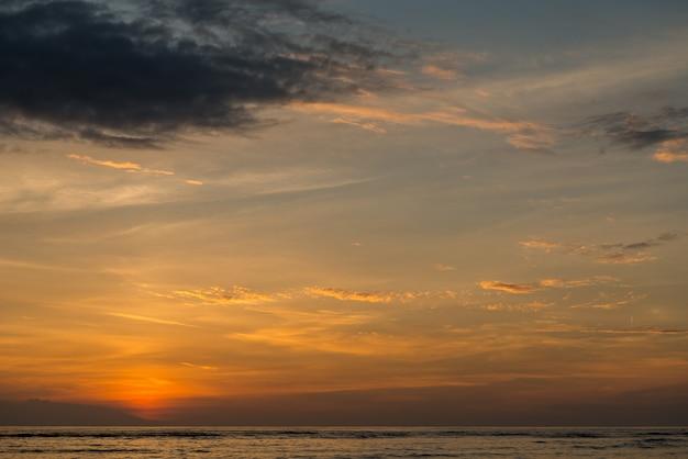 Widok na wyspie bali o zachodzie słońca