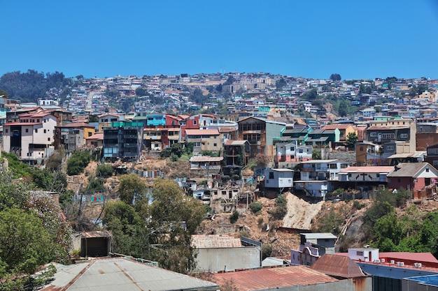 Widok na wzgórze z zabytkowymi domami w valparaiso, wybrzeże pacyfiku, chile