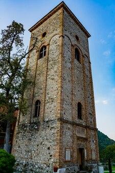 Widok na xiii-wieczny klasztor raca w pobliżu miejscowości bajina basta w serbii