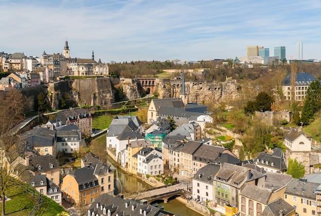 Widok na zabytkowe centrum luksemburga