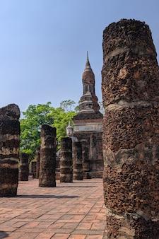 Widok na zabytkowy park sukhothai w tajlandii