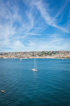Widok na zachodnią zatokę morską na wybrzeżu neapolu we włoszech.