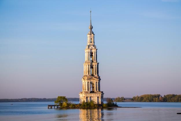 Widok na zalaną dzwonnicę katedry kościelnej