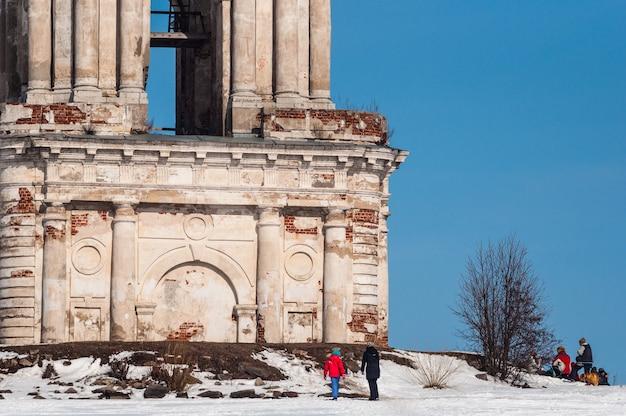 Widok na zalany kościół w kalyazin w zimie.