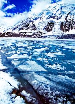 Widok na zamarznięte jezioro tilicho krajobraz himalajów scenic