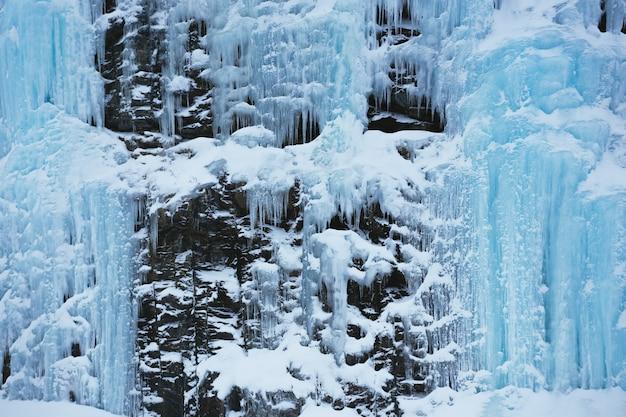 Widok na zamarznięty wodospad. zima w norwegii