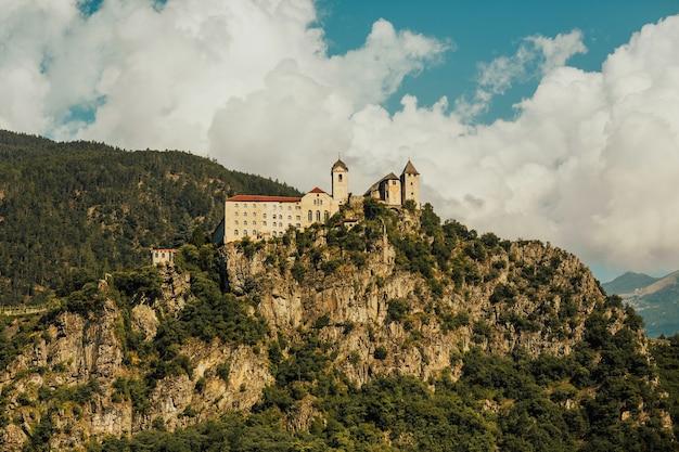 Widok na zamek beseno, największą budowlę obronną w regionie trentino-alto adige