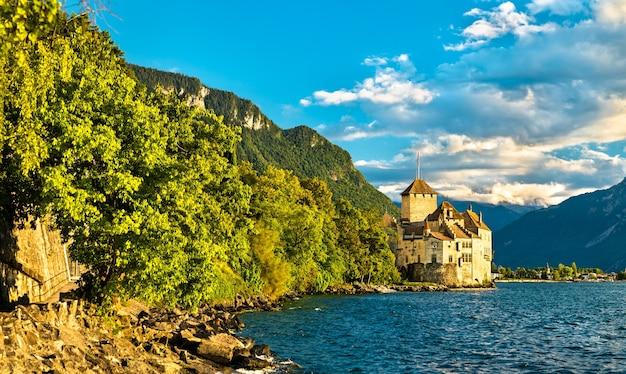 Widok na zamek chillon nad jeziorem genewskim w szwajcarii