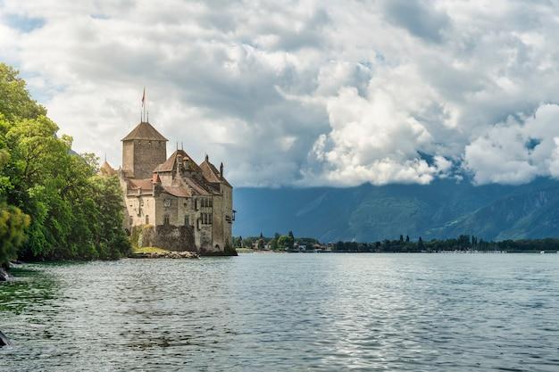 Widok na zamek chillon nad jeziorem leman w szwajcarii