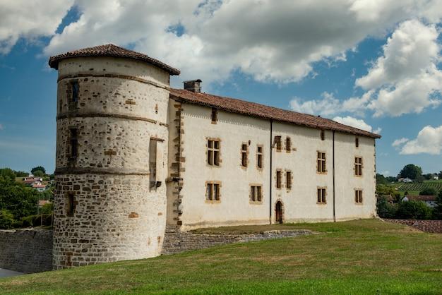 Widok na zamek espelette francuski kraj basków francja