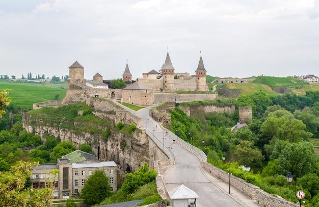 Widok na zamek kamieniec podolski ze starego miasta na ukrainie