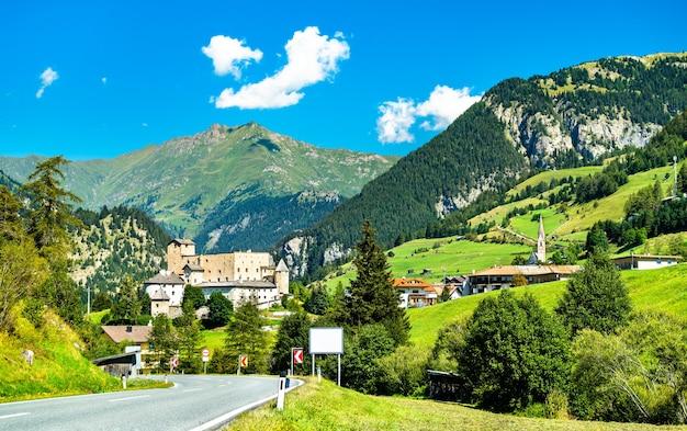 Widok na zamek naudersberg w nauders - tyrol, austria