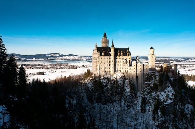 Widok na zamek neuschwanstein w hohenschwangau.