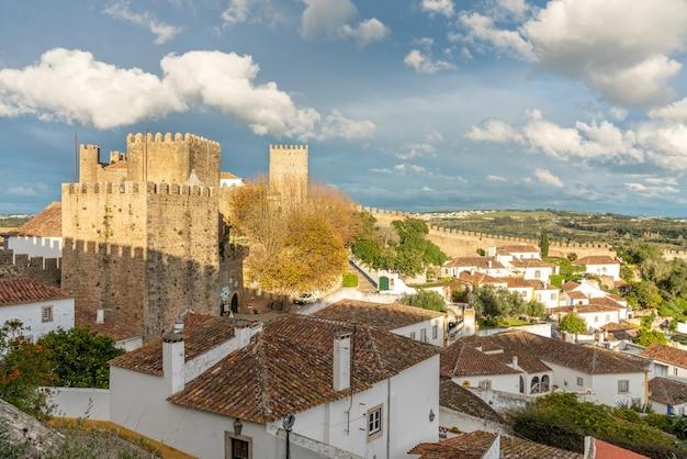 Widok na zamek średniowiecznej wioski obidos w portugalii.