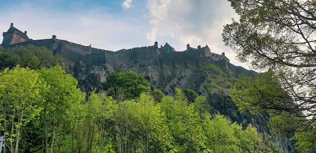 Widok na zamek w edynburgu. zieleń. wielka brytania, szkocja