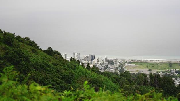 Widok na zatokę batumi i pejzaż miejski w gruzji z panoramą w słoneczny dzień