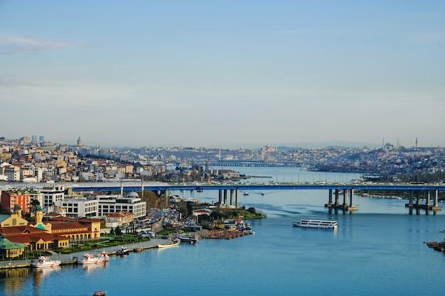 Widok na zatokę golden horn ze stacji pierre lotti teleferik z widokiem na złoty róg, dystrykt eyup, istambul, turcja