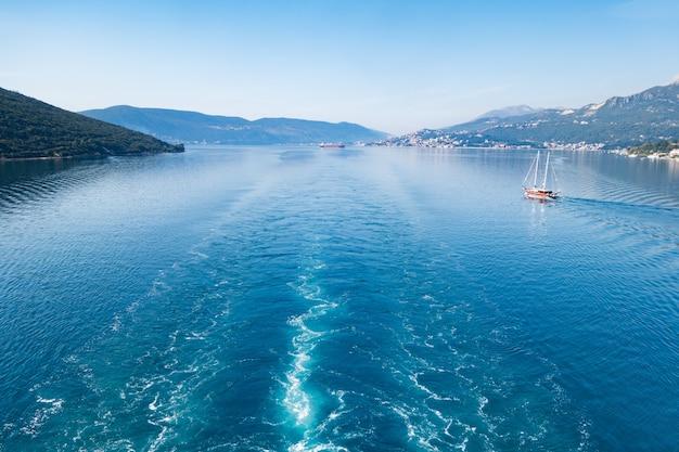 Widok na zatokę kotorską z morza otoczoną górami czarnogóry, jednej z najpiękniejszych zatok na świecie.