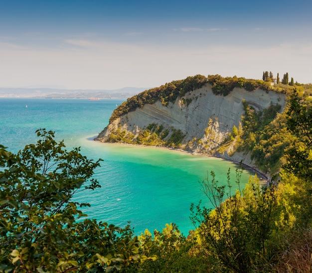 Widok na zatokę księżycową w rezerwacie strunjan na słowenii