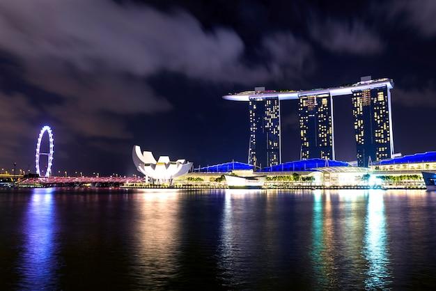 Widok na zatokę marina bay, singapur, nocą w azji