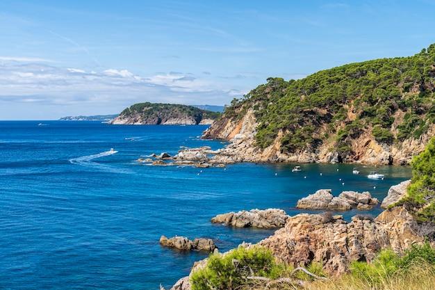 Widok na zatokę senia w calella de palafrugell w hiszpanii.