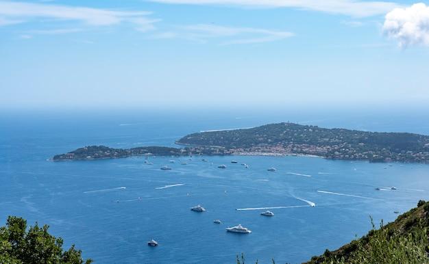 Widok na zatokę z luksusowymi jachtami przed cap ferrat na riwierze francuskiej