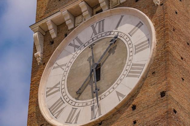 Widok na zegar na torre dei lamberti w weronie, włochy