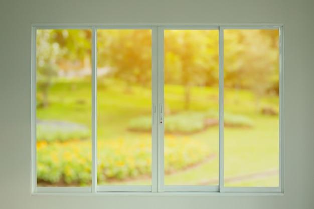 Widok na zielony ogród przez okno