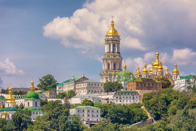 Widok na złote kopuły ławry pieczerskiej i pokrewnych budynków klasztornych w letni dzień