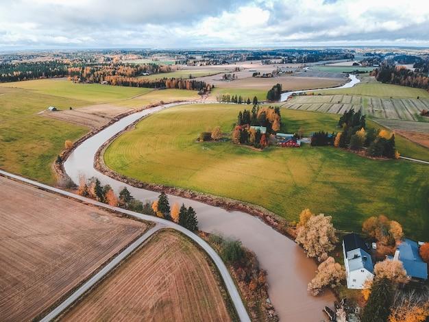 Widok na żyzne zaorane pola i lasy. zdjęcie zrobione z drona. finlandia, pornainen.