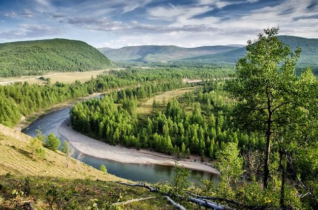 Widok nad rzeką oka, rosyjska natura. buriacja. syberia.