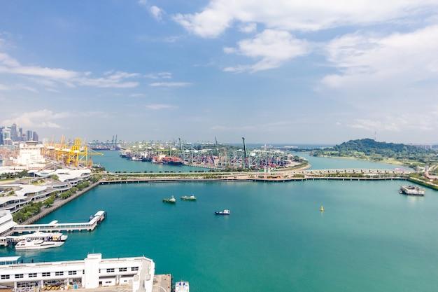 Widok nad singapur wagonem kolei linowej przy marina zatoki piaskami