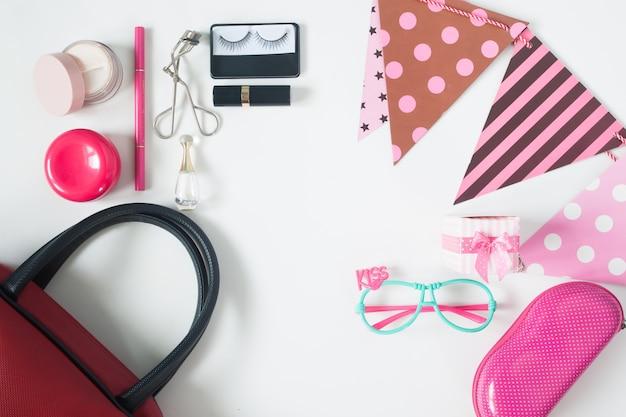 Widok narzutów podstawowych przedmiotów piękno, widok z góry strony akcesoria, czerwona torba na rękę, okulary mody i kosmetyki, widok z góry na białym tle