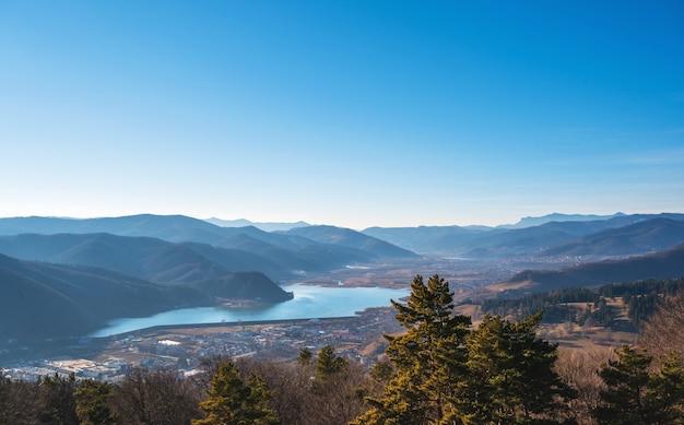 Widok natura z błękitnym jeziorem