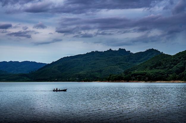 Widok natury krajobrazowej w burzy na niebie i chmurach oraz rzece w burzliwym sezonie deszczowym