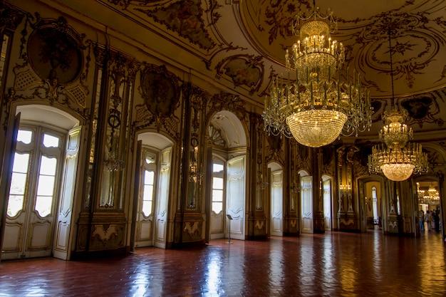 Widok niesamowicie urządzonych pokoi national palace of queluz, położonych w sintrze w portugalii.